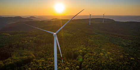 Windrad bei Sonnenaufgang im Windpark Lauterstein
