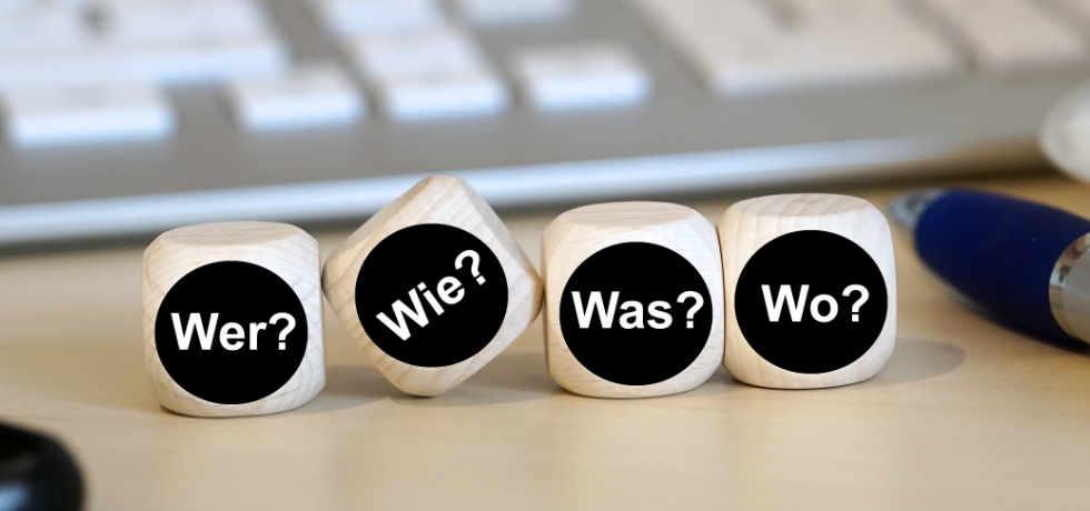 Würfel mit den Fragen Wer? Wie? Was? Wo?
